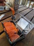 Fetta spessa di sushimi di color salmone fresco dell'azienda agricola fotografia stock libera da diritti