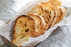 Fetta tostata delle baguette sulla fine bianca del fondo su Pane tostato, crostino Vista superiore fotografia stock libera da diritti