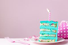 Fetta variopinta della torta di compleanno con la candela Immagini Stock Libere da Diritti