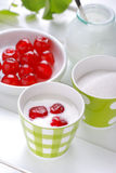Fettarmer Jogurt mit Kirschen Stockbilder
