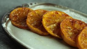 Fette arancio caramellate per la mousse del cocolate con gelatina arancio archivi video