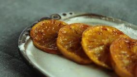 Fette arancio caramellate per la mousse di cioccolato con gelatina arancio stock footage