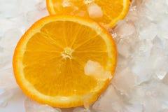 Fette arancio fresche sui cubetti di ghiaccio immagine stock libera da diritti