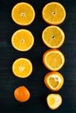 Fette arancio sulla tavola di legno scura Fotografie Stock