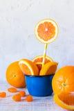 Fette arancio in una tazza Fotografia Stock Libera da Diritti