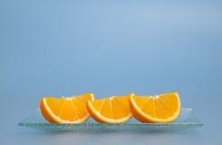 Fette arancioni su una zolla Fotografie Stock Libere da Diritti