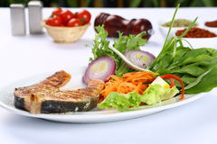 Fette arrostite della bistecca di color salmone Immagini Stock