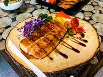 Fette arrostite della bistecca di color salmone Barbecue, fresco fotografia stock libera da diritti