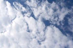 Fette bläuliche Wolke ununterbrochen über der Spitze lizenzfreie stockbilder