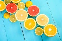 Fette degli agrumi del limone, dell'arancia, del pompelmo e della limetta Fotografie Stock