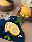 Fette dei limoni su un panno blu Immagine Stock