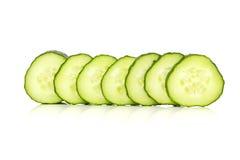 Fette del cetriolo sopra un fondo bianco Immagine Stock Libera da Diritti