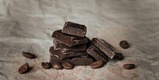 Fette del cioccolato e chicchi di caffè Immagine Stock