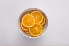 Fette del limone e dell'arancia, in una ciotola Fotografia Stock Libera da Diritti