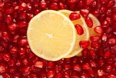 Fette del limone in semi del melograno Fotografia Stock Libera da Diritti