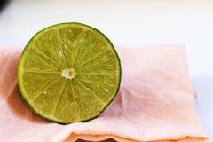 Fette del limone sulla tavola Fotografie Stock Libere da Diritti
