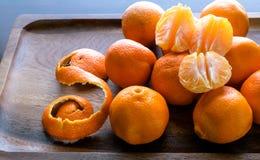 Fette del mandarino con il fondo non sbucciato delle arance Fotografia Stock Libera da Diritti