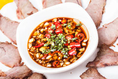 Fette del manzo con la salsa del fagiolo della soia del peperoncino rosso Fotografie Stock