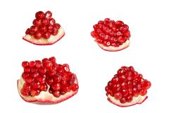 Fette del melograno con i semi maturi rossi isolati su fondo bianco Immagini Stock