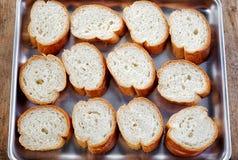 Fette del pane su una pentola fotografia stock