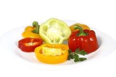 Fette del peperone dolce su una zolla Immagini Stock