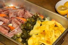 Fette del Stingray-pesce con gombo e le patate Fotografia Stock