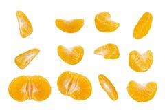 Fette dell'agrume sbucciate isolate su fondo bianco Insieme dei segmenti del mandarino Fotografie Stock Libere da Diritti