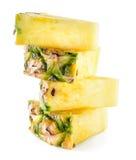 Fette dell'ananas isolate su bianco fotografie stock