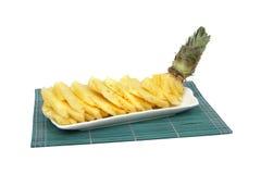 Fette dell'ananas in zolla bianca della porcellana Fotografia Stock