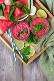 Fette dell'anguria e frullato della bevanda sulla tavola di legno rustica Fotografia Stock Libera da Diritti