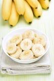 Fette della banana in ciotola Fotografie Stock Libere da Diritti
