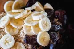 Fette della banana, date senza dadi e dadi tagliuzzati fotografie stock libere da diritti