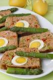 Fette della carne con l'uovo Fotografie Stock Libere da Diritti