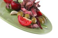 Fette della carne del manzo su verde Fotografia Stock Libera da Diritti