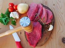 Fette della carne rossa offerte con un mortaio della carne Fotografia Stock Libera da Diritti
