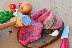 Fette della carne rossa sul bordo di legno Fotografia Stock