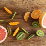 Fette della frutta su fondo di legno Immagini Stock