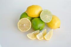 Fette della limetta e del limone ed intera frutta Immagini Stock Libere da Diritti