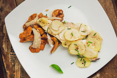 Fette della patata con i funghi ed il basilico Fotografia Stock