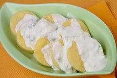 Fette della patata con la salsa di formaggio Immagini Stock