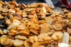Fette della patata fritte sul vassoio fuori immagini stock libere da diritti