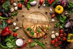 Fette della pizza sul bordo di legno immagine stock