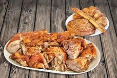 Fette della spalla della carne di maiale arrostite sputo con il bastone del croissant della pasta sfoglia del sesamo ed il rotolo fotografia stock