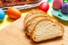 Fette della treccia di tsoureki di Pasqua, pane dolce greco di pasqua, su legno fotografie stock libere da diritti