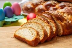 Fette della treccia di tsoureki di Pasqua, pane dolce greco di pasqua, su legno fotografia stock libera da diritti