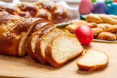 Fette della treccia di tsoureki di Pasqua, pane dolce greco di pasqua, su legno immagini stock
