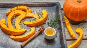 Fette della zucca per cuocere con il timo ed il miele Immagini Stock