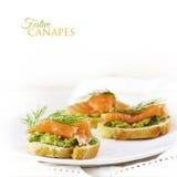 Fette delle baguette con il salmone affumicato e crema o guacamol dell'avocado Fotografia Stock