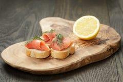 Fette delle baguette con il salmone e l'aneto curred sopra Immagini Stock