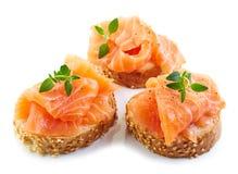 Fette delle baguette con il salmone fresco Immagini Stock Libere da Diritti